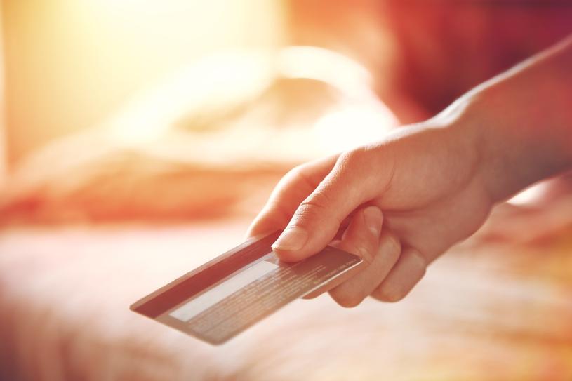 Część banków oferuje również możliwość rozkładania na raty całości lub części zadłużenia lub tylko wybranych transakcji dokonanych kartą /123RF/PICSEL