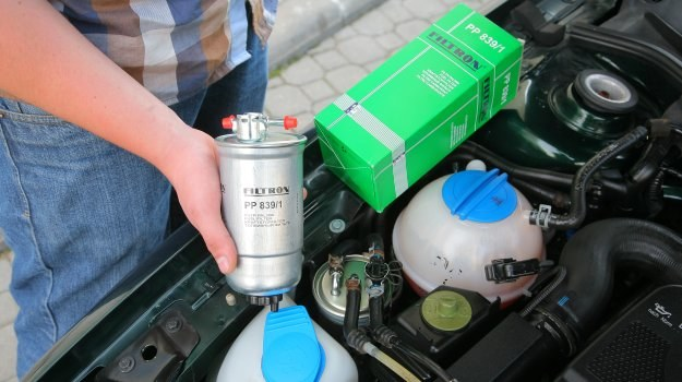 Część kierowców przypomina sobie o konieczności wymiany filtra paliwa dopiero gdy pojawią się problemy z uruchomieniem silnika. /Motor