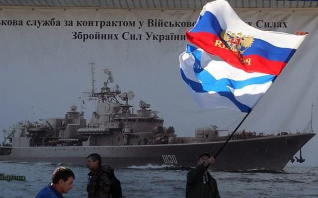 Część mieszkańców Krymu wiwatuje na cześć Rosji /ZURAB KURTSIKIDZE /PAP/EPA
