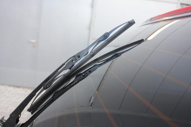 Część modeli ma silnie wypukłą szybę tylną, do której klasyczna wycieraczka źle przylega. /Motor