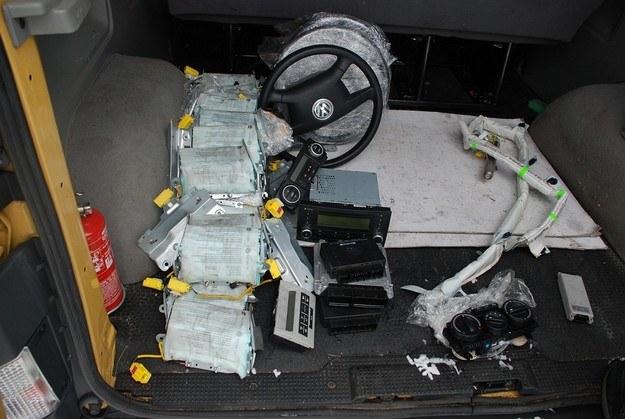 Części ze skradzionym aut /Policja