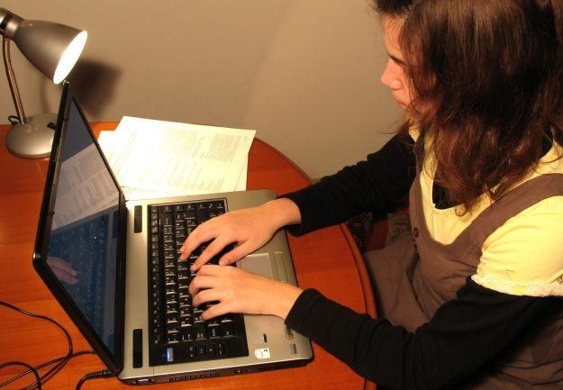 Często nie dbamy o baterię w naszym notebooku - to skróca czas pracy na baterii  fot. Sanja Gjenero /stock.xchng