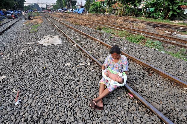 Często zostawiają własne dzieci, by opiekować się cudzymi /AFP