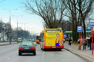 Często zza stojącego na przystanku autobusu wybiegają na jezdnię nieostrożni piesi. /Motor