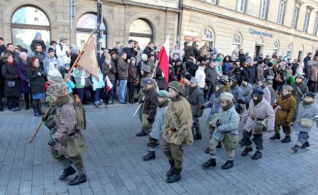 Członkowie grup rekonstrukcyjnych - mali powstańcy warszawscy, 11.11.2011, fot. J. Kucharzyk /East News