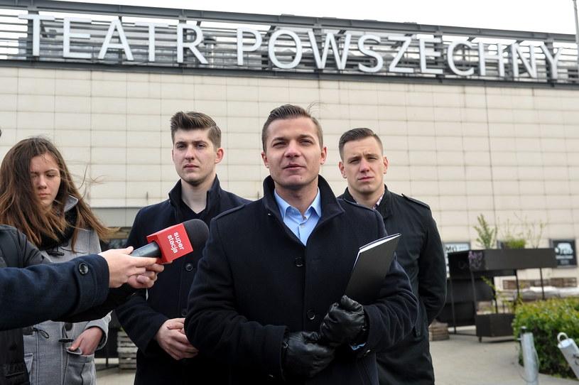 Członkowie Młodzieży Wszechpolskiej podczas briefingu przed Teatrem Powszechnym w Warszawie /Marcin Obara /PAP