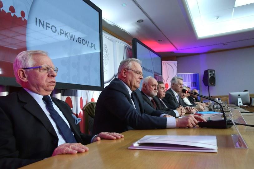 Członkowie PKW (od lewej): Włodzimierz Ryms, Stanisław Zabłocki, sekretarz Kazimierz Czaplicki, wiceprzewodniczący Andrzej Kisielewicz, przewodniczący Stefan Jaworski, podczas konferencji prasowej w Warszawie /Leszek Szymański /PAP