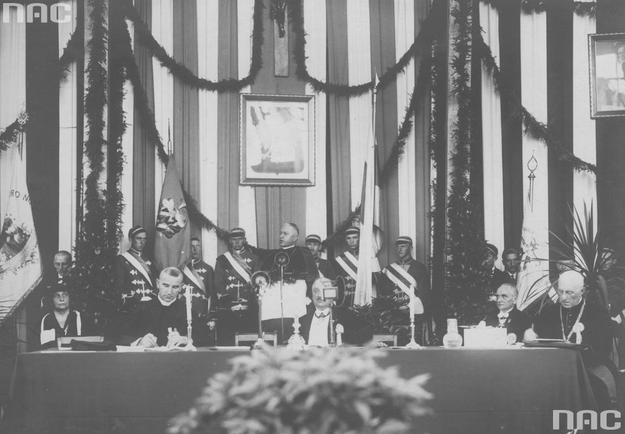 Członkowie prezydium podczas przemówienia prymasa Polski ks. kard. Augusta Hlonda (widoczny w głębi) /Z archiwum Narodowego Archiwum Cyfrowego