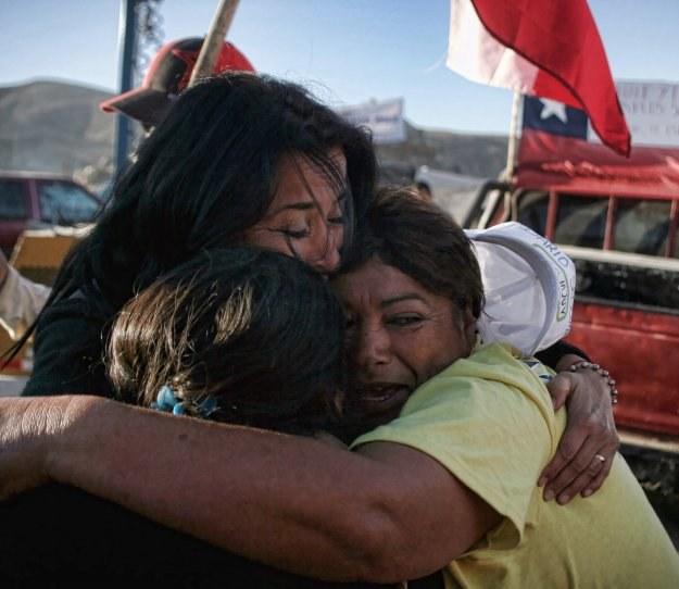 Członkowie rodzin i bliscy zasypanych górników z entuzjazmem przyjęli tę informację /AFP