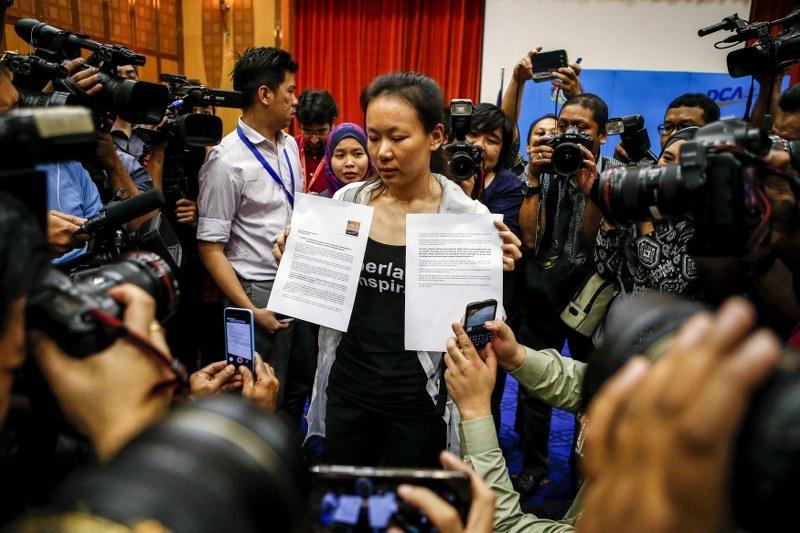 Członkowie rodzin ofiar katastrofy samolotu pojawili się na konferencji prasowej w mieście Putrajaya /PAP/EPA/AZHAR RAHIM  /PAP/EPA