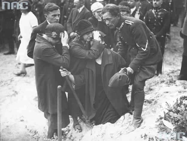 Członkowie rodziny jednej z ofiar przewrotu majowego pogrążeni w żałobie /Z archiwum Narodowego Archiwum Cyfrowego