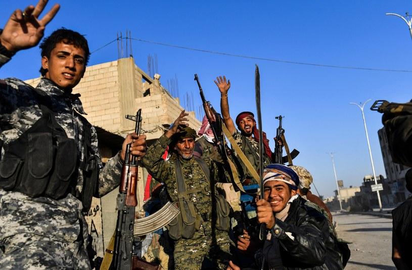 Członkowie SDF świętują zwycięstwo / BULENT KILIC /AFP