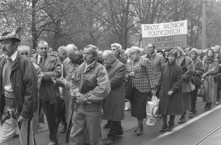 Członkowie Związku Więźniów Politycznych Okresu Stalinowskiego idą w pochodzie na wrocławski Cmentarz Osobowicki, gdzie odbył się symboliczny pogrzeb ofiar represji stalinowskich, zamordowanych w latach 1945-1956 (Wrocław, 28 października 1990) /Adam Hawałej/CAF /PAP