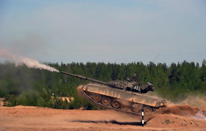 Czołg T-72 armii rosyjskiej podczas ćwiczeń poligonowych /AFP