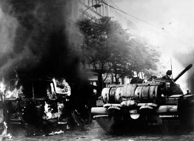 Czołgi Układu Warszawskiego na ulicach Pragi /AFP