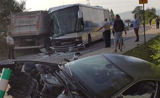 Czołowe zderzenie ciężarówki, autobusu i samochodu osobowego na DW 977