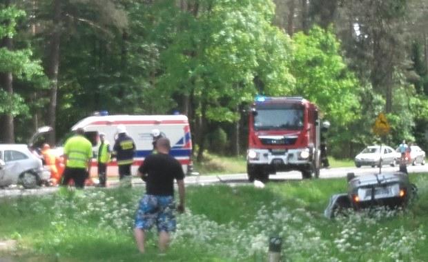 Czołowe zderzenie na DK 11. Jedna osoba nie żyje, dwie zostały ranne