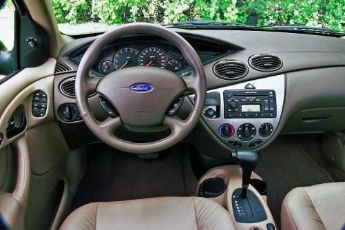 Czterobiegowa skrzynia automatyczna działa dosyć ospale i odbiera sporo dynamiki. /Ford
