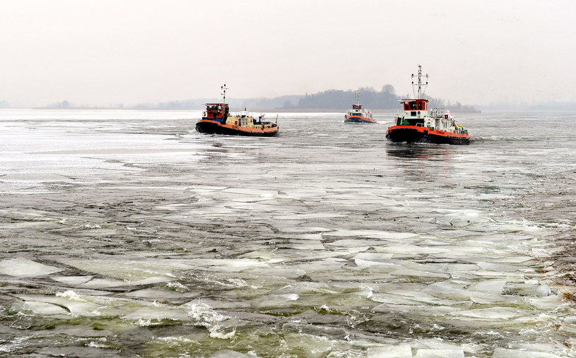 Cztery lodołamacze rozpoczęły akcję kruszenia lodu na Odrze i podszczecińskim jeziorze Dąbie /PAP