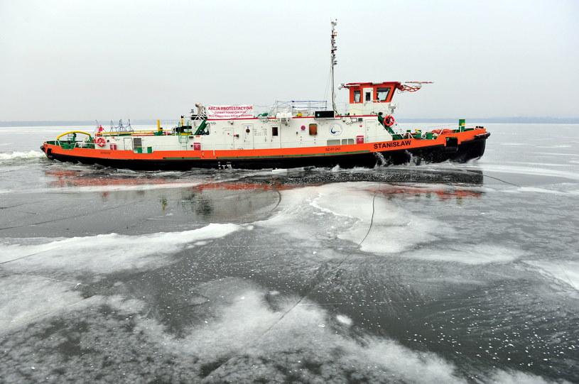 Cztery lodołamacze rozpoczęły akcję kruszenia lodu na Odrze i podszczecińskim jeziorze Dąbie /Marcin Bielecki /PAP