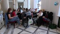 """""""Czujemy się oszukani i zażenowani"""". Niepełnosprawni protestują w Sejmie"""