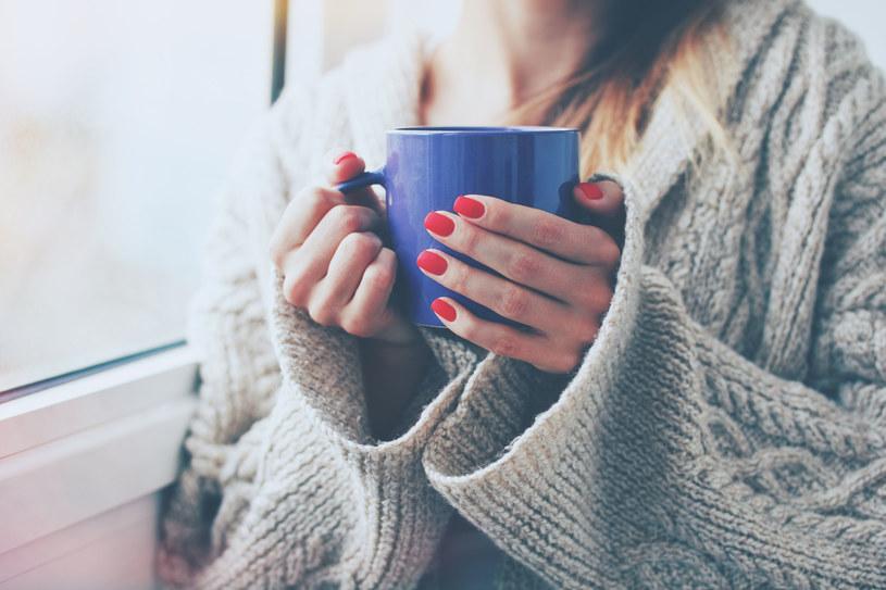 Czujesz, że dopada cię choroba? Szybko wypij coś ciepłego /123RF/PICSEL