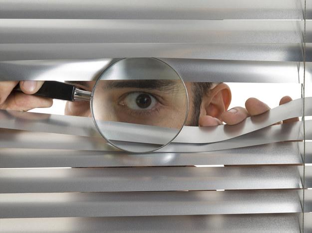 Czujne oko szefa może motywować, ale równie dobrze może wypływać na obniżenie kreatywności pracowników i atmosferę w miejscu pracy /© Panthermedia