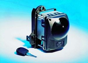 Czujnik radarowy aktywnego tempomatu umieszczany jest z przodu pojazdu, najczęściej za atrapą chłodnicy. /Motor