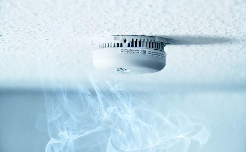 Czujniki dymu, gazu i czadu są niezbędne, jeśli nasz dom jest wyposażony w kominek, termę gazową lub piec /123RF/PICSEL