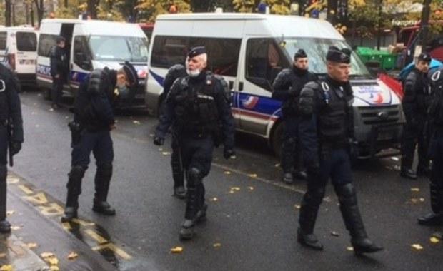 Czwarta noc starć młodzieżowych band z policją w imigranckich gettach pod Paryżem