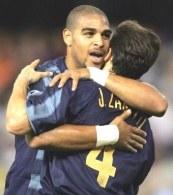 Czy Adriano (w objęciach Zanettiego) znajdzie sposób na Milan? /AFP