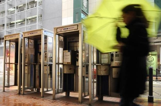 Czy budki telefoniczne mogą pełnić rolę stacji benzynowych dla aut elektrycznych? /AFP