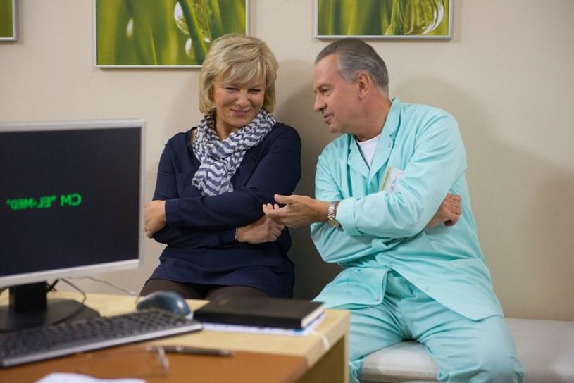 Czy dentystka pomoże Lubiczowi znieść długą rozłąkę z żoną Krystyną (Agnieszka Kotulanka), która aktualnie przebywa na leczeniu w Bostonie po zakażeniu meningokokami? /Agencja W. Impact