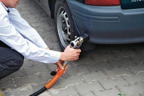 Czy do tankowania trzeba używać rękawiczek? /Motor