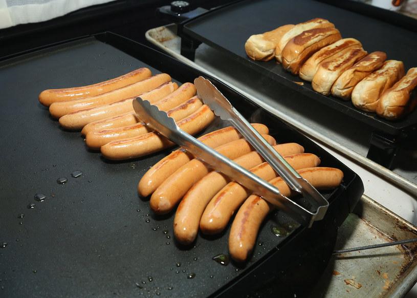 Czy dzieci będą musiały zrezygnować z ulubionych hot dogów? /Getty Images
