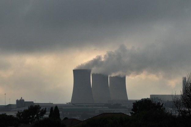 Czy elektrownie węglowe są bardziej ekologiczne niż atomowe? /AFP
