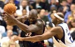 Czy Eric Dampier (z prawej) zdoła nawiązać równą walkę z Shaquille'em O'Neal'em? /AFP