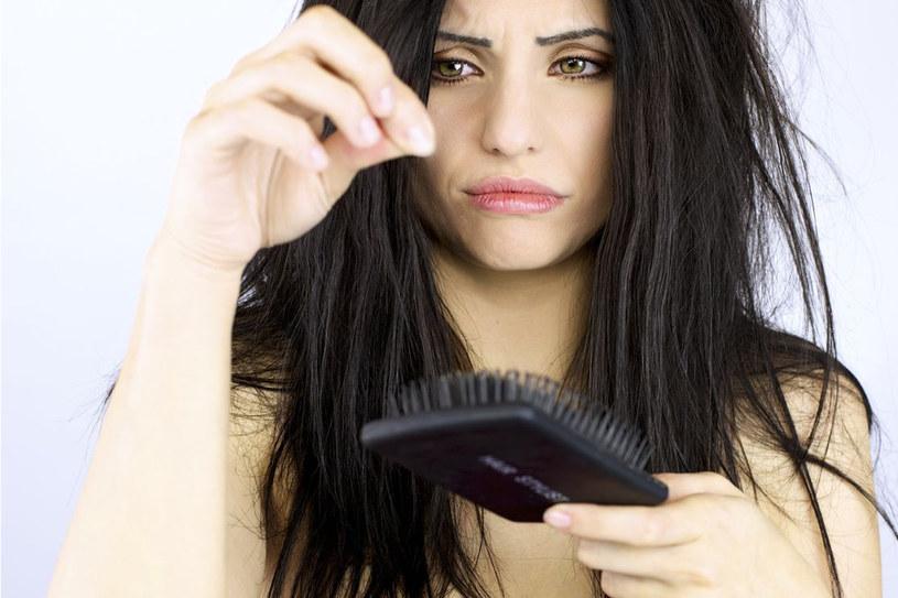 Czy istnieją sposoby, dzięki którym nasze włosy przestaną wypadać i tak jak kiedyś znów będziemy się mogły cieszyć gęstą czupryną? /©123RF/PICSEL