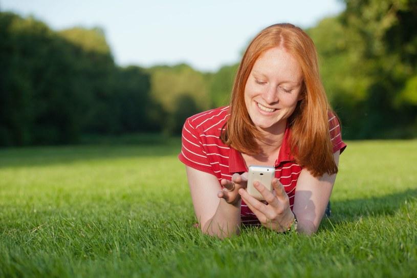 """Czy """"język SMS-ów"""" rzeczywiście ma tak bardzo negatywny wpływ na sposób, w jaki się komunikujemy? /©123RF/PICSEL"""