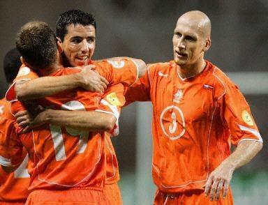 Czy Makaay, Robben i spółka pomogą awansować Polakom już w sobotni wieczór? /AFP