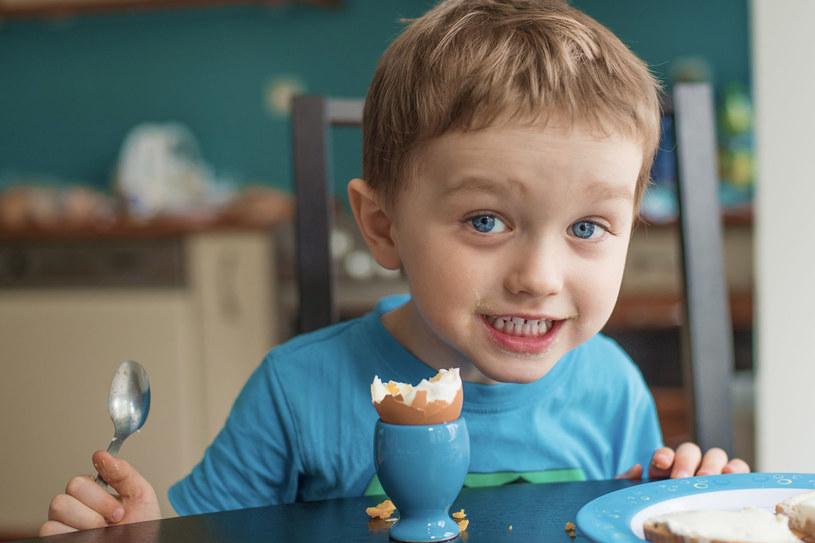 Czy maluch, który w wieku kilku miesięcy zamiast pszennej bułki dostanie kukurydziany lub ryżowy wafel bez glutenu, będzie zdrowszy? – Raczej nie – twierdzi dietetyk /Daniel Jędzura /©123RF/PICSEL