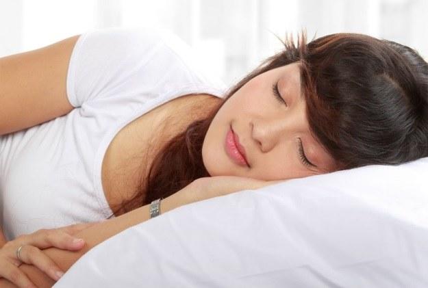 Czy można kogoś przekonać, że wyspał się lepiej niż w rzeczywistości? /©123RF/PICSEL