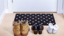 Czy należy zdejmować buty, przychodząc do kogoś w odwiedziny?