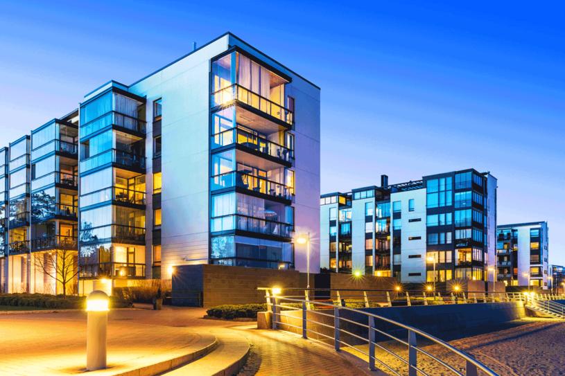 Czy nowoczesne apartamentowce wyprą z marzeń Polaków male dworki za miastem? /123RF/PICSEL