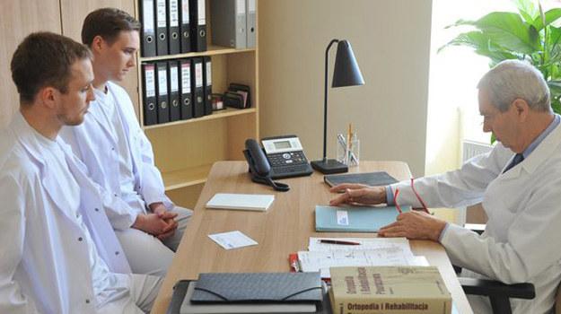 Czy Olek znów odsunie się od brata - po tym, jak utracił przez niego pracę? /www.mjakmilosc.tvp.pl/