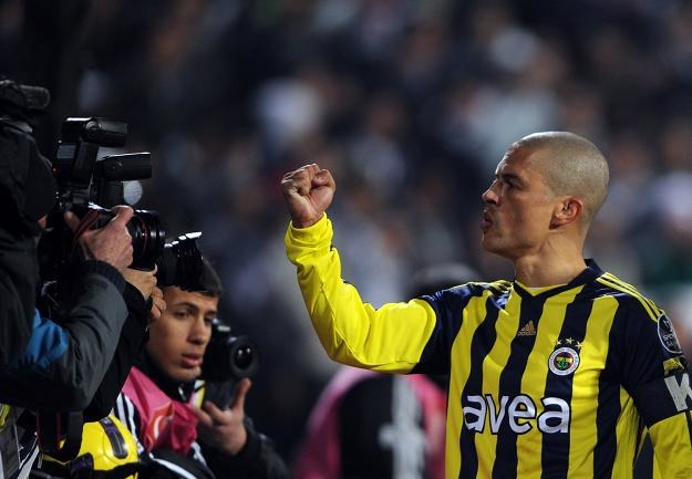 Czy piłkarze Fenerbahce zdobyli mistrzostwo Turcji uczciwie? na zdjeciu Alex de Souza. /AFP