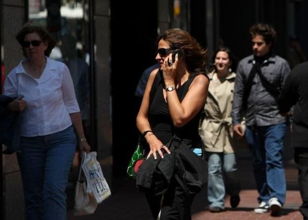 Czy przez smartfony komórki mogą zamilknąć? /AFP