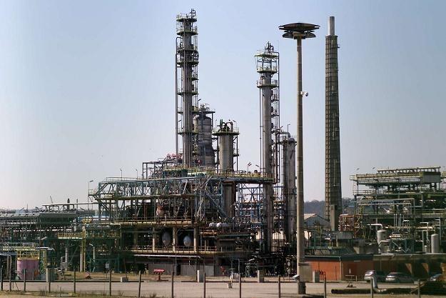 Czy rafinerie będą musiały przestawić produkcję? /AFP