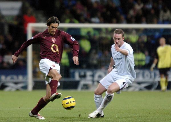Czy Robert Pires (z lewej) przedłuży kontrakt z Arsenalem Londyn? /AFP
