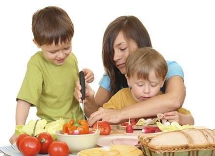 Czy roczny brzdąc może zjeść kanapkę z wędliną lub pomarańczę? /ThetaXstock